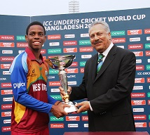 Shimron_Hetmyer_receives_trophy_from_ICC_President_Zaheer_Abbas.jpg
